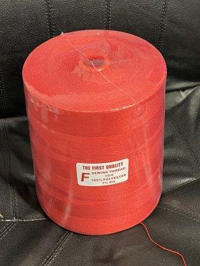 niť pro pytlovací stroje 12/4 7% olej 3kg červená