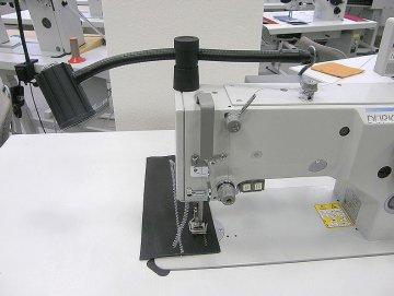 lampa SKU 1002, 12V/5W LED, bez trafa - přichycení na hlavu stroje.